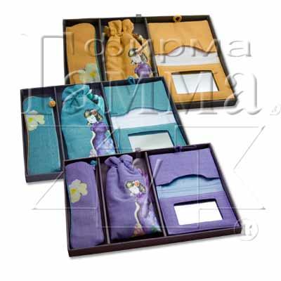"""В красивой упаковке.  Наименование: набор сумочек для косметики """""""
